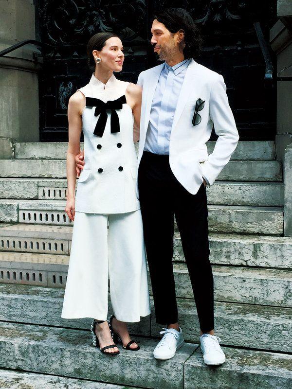 花嫁はプロエンザ・スクーラーのセットアップに、エミリオ・プッチのサンダル。彼は、ディオールのジャケット&シャツに、アクネのパンツ&シューズをコーディネイト。