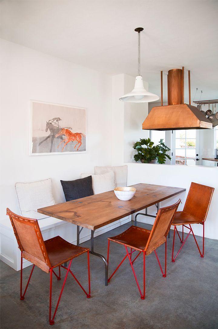 As cadeiras deram personalidade ao espaço.  http://www.decorfacil.com/salas-de-jantar-pequenas/