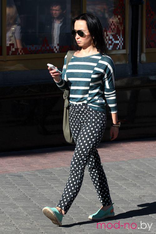 Уличная мода в Минске. Начало осени. Часть 2 (наряды и образы на фото: чёрно-белые брюки, полосатый джемпер, сумка цвета хаки)