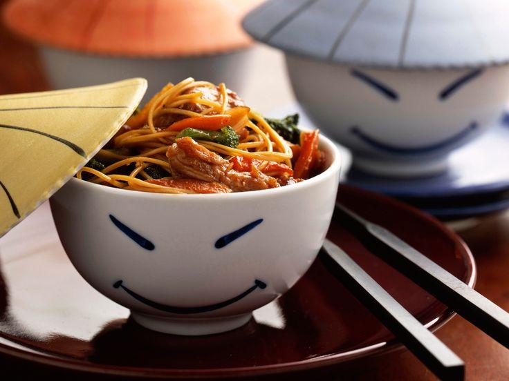 Découvrez la recette Nouilles sautées au poulet sur cuisineactuelle.fr.