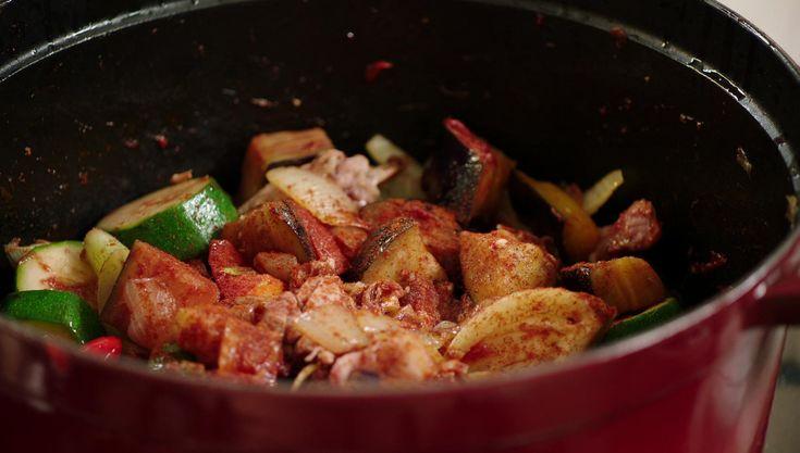 Een grote pot pasta met kip, spek en heel veel groenten: een ideaal gerecht om klaar te maken in de vakantie op een wat minder warme dag.