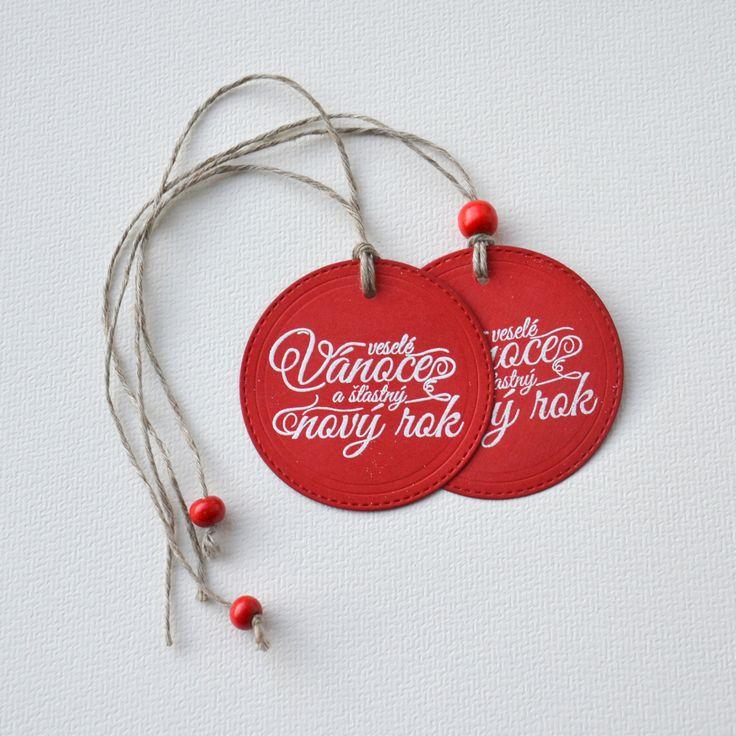 Veselé+Vánoce+a+šťastný+Nový+rok+4+-+5ks+Cedulka+má+průměr+63+mm.+Na+text+jsem+použila+techniku+horkého+embosování,+povrch+textu+je+lesklý.+Sada+5+ks.