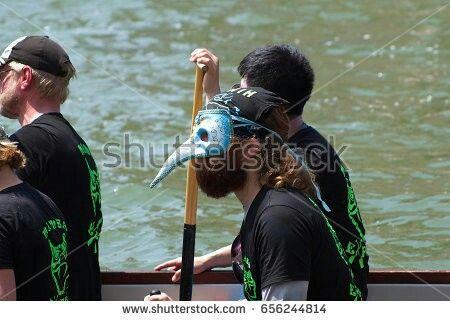 Venezia: partecipante alla Vogalonga indossa una maschera veneziana