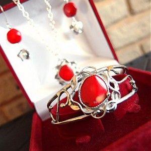 Predstavujem Vám originálne šperky z dielne Katu-Hula.  Je tu moja nová kolekcia EMÓCIA.   Náušničky sú zavesené na uzávere z Ag 925 riadne opuncované.  Materiál: červený korál, perly...