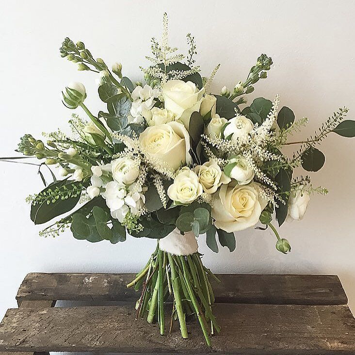 An instant pick-me-up by @paperwhitefloraldesign #meijerroses #paperwhitefloraldesign #avalanche #luxuryroses #bridetobe #weddingidea #weddinginspiration