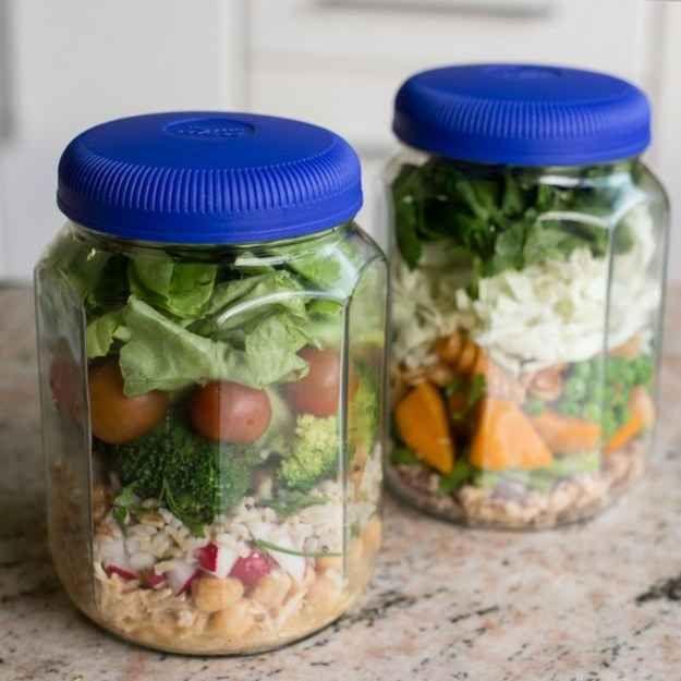 Saladas no pote = empilhar os ingredientes e pronto!