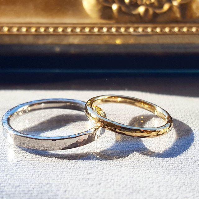 鎚目の結婚指輪。  おふたりとも形と地金は異なっても、鎚目のテクスチャーでおそろいのアレンジに。  #nizitokyo #結婚指輪 #プラチナ #ゴールド #吉祥寺 #オーダーメイド #試作無料 #鎚目 #槌目