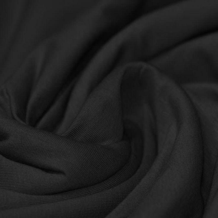 Katoenen jersey zwart online kopen? 37 verschillende kleuren katoenen jersey voor € 9,95 per meter. Bekijk hier de stof in de kleur zwart.