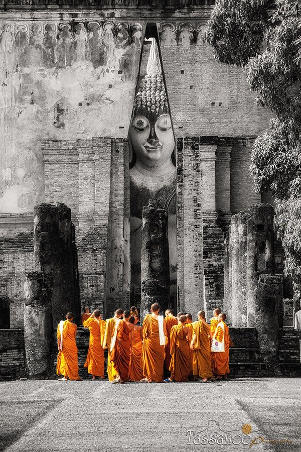 Student monks taking photos in Sukhothai, Thailand | by Tassanee Angiolillo on 500px
