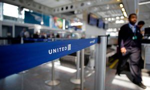 United Airlines to offer $10,000 for passengers to give up seats | Business | The Guardian
