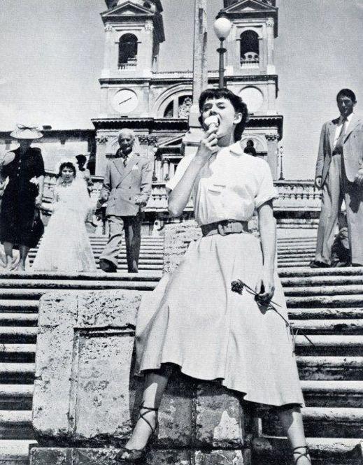 スペイン階段と言えばジェラート。(本当は文化遺産のため禁止) -スペイン広場