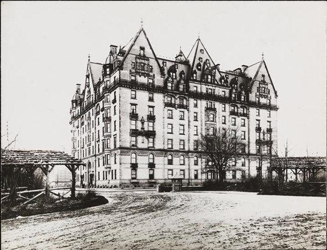 Dakota Apartments, NYC 1895.(Photo via MCNY)
