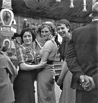 À la fête foraine, Paris circa 1935 (Gaston Paris).