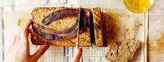 Het recept voor dit courgette bananen brood is van Ella Woodward. Een zalig ontbijt of tussendoortje met een dikke laag amandelpasta en honing erop!