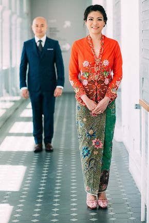 Orange and green traditional Peranakan kebaya batik sarong // A Pre-Wedding with the Bride in a Peranakan Nyonya Kebaya: Wee Soon + Lorraine