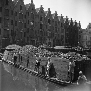 1947. Boys are playing on a coal barge at the Achtergracht in Amsterdam. Photo MAI Beeldbank. #amsterdam #1947 #Achtergracht