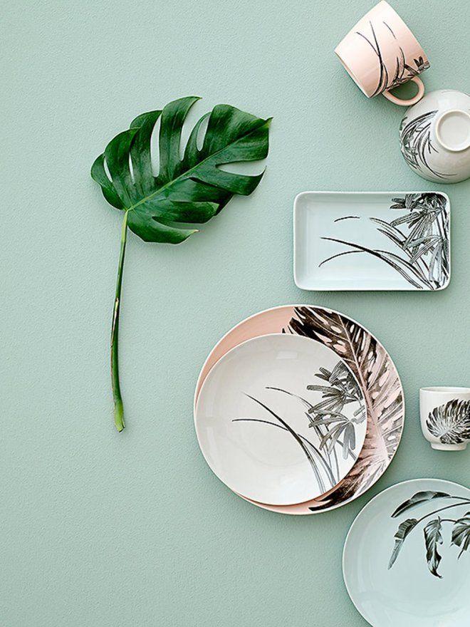 Assiette, tasses et petit plat en porcelaine décorés de motifs exotiques
