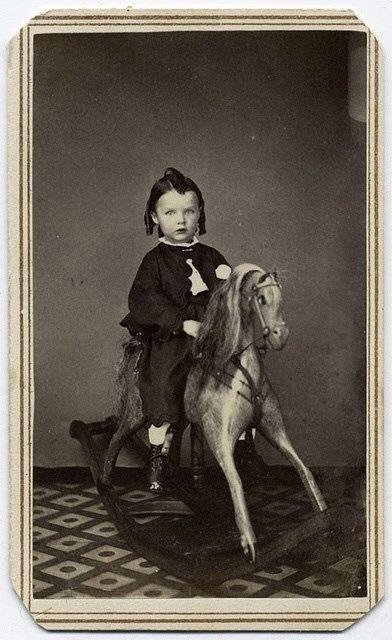 ребенок с лошадкой