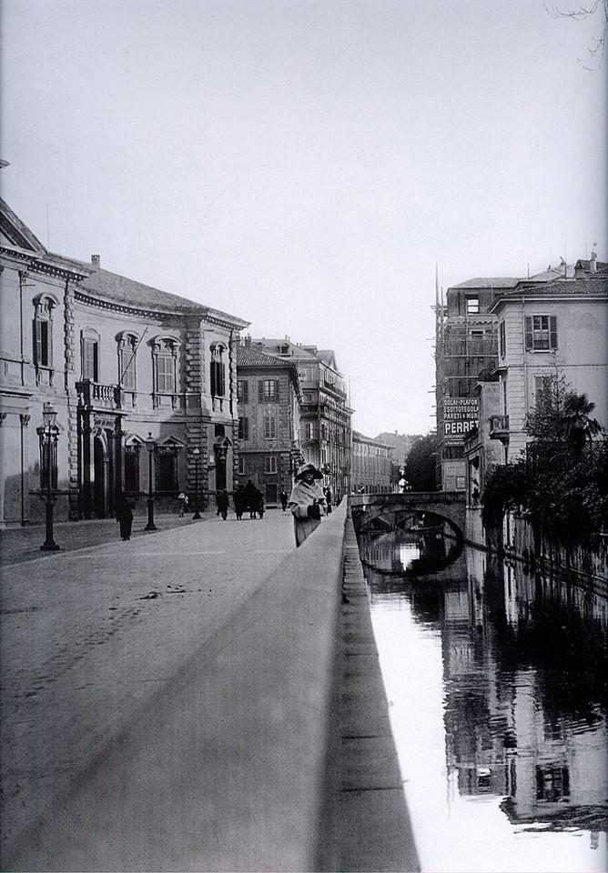 Scoprite la storia di Milano durante le nostre visite guidate. Via Senato negli anni 20 quando era ancora percorsa dalla fossa del naviglio. http://milanoarte.net/it/visite-guidate-a-milano/