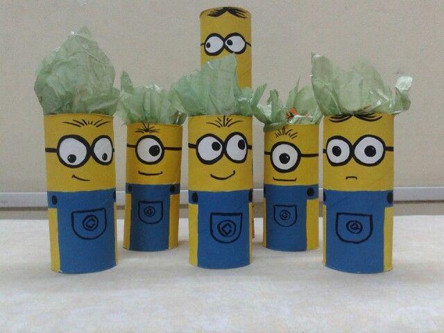 Con tubos de papel de cocina, minions pintados con acrílicos. Souvenirs con golosinas para cumpleaños infantiles.