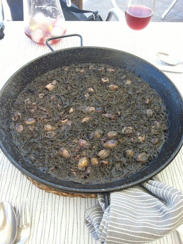Fideguà = paella con pasta e non riso, con calamaretti e nero di seppia