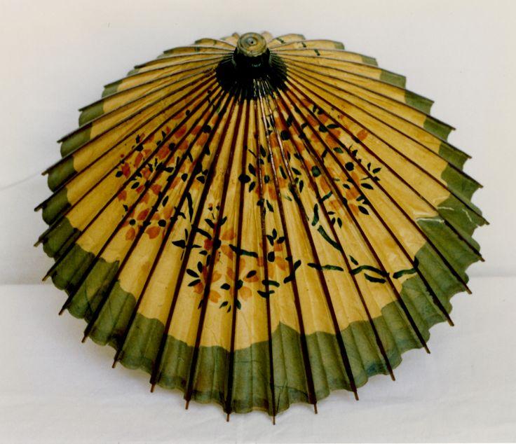 Damensonnenschrim, um 1920, Papier, Bambus © Wien Museum