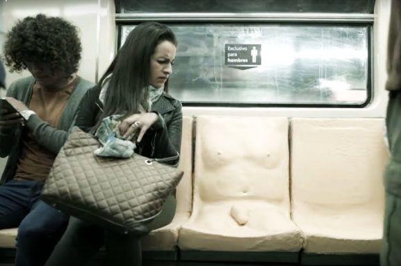 No Metrô da Cidade do México, onde 9 em cada 10 mulheres sofre assédio sexual, um assento reservado aos homens causou enorme desconforto.
