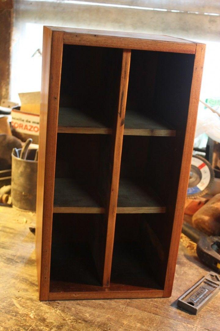Pequeño organizador rustico realizado en madera de cedro de reciclaje unico por el material y su forma de realizacion. sus medidas son 40cm de alto 20 cm de ancho y 17cm de profundidad.