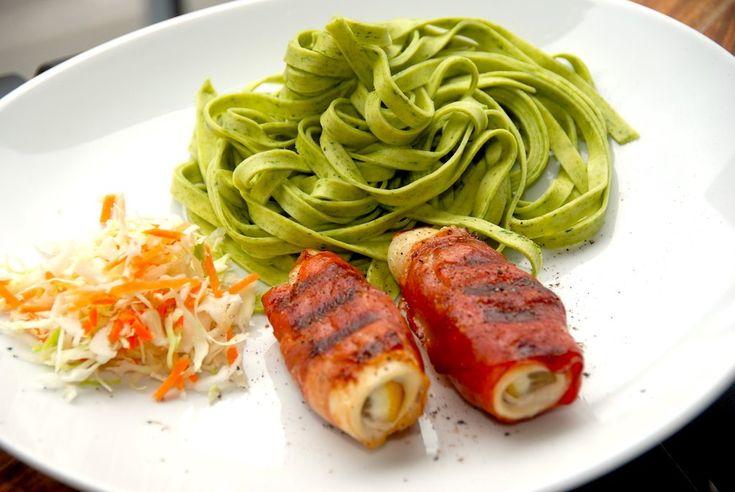 Rødspætteruller på grill er en nem og særdeles lækker måde at grille fisk på. Rødspætterne er omviklet med parmaskinke, der grilles sprødt.