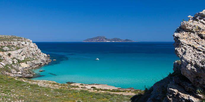 Der Strand Cala Rossa auf der ägäischen Insel Favignana
