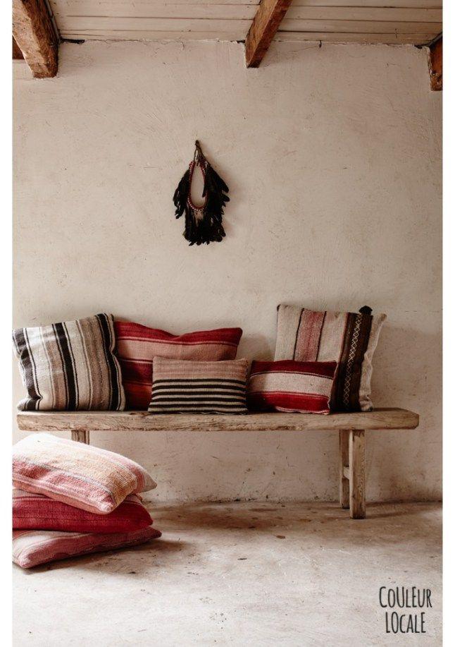banc de bois et coussins rayés