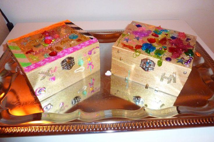Zelf een schatkist of juwelenkistje maken: Houten doosjes van ACTION goud spuiten, flink wat stickers, glitters en tape. Zowel voor jongens als meisjes (5-6 jaar)