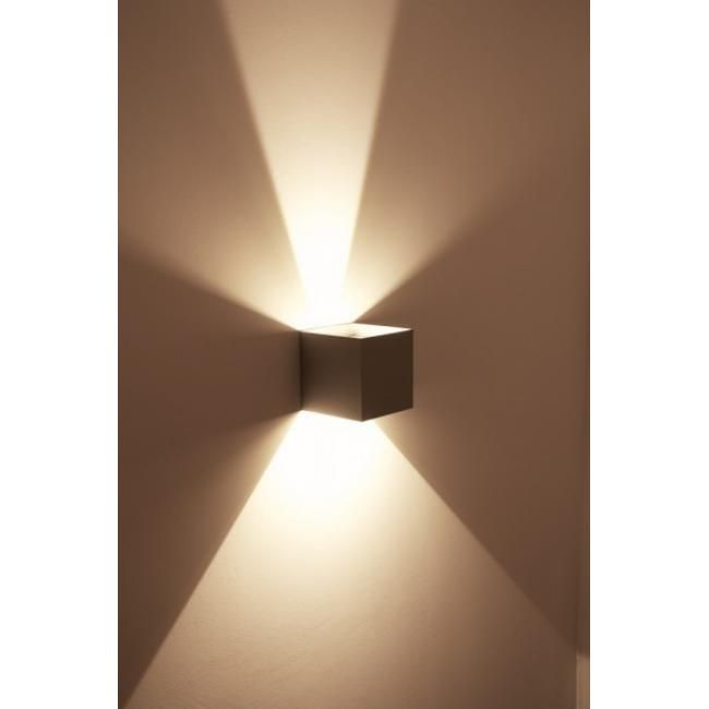 Helestra LED-Wandleuchte Diese würfelförmige Wandleuchte mit den Abmessungen 15 x 15 x 15 cm zeichnet ein attraktives Lichtmuster an die Wand und wird somit zu einem effektvollen Highlight der Einrichtung. Die fest eingebauten LED-Lampen (Energieklassen A++ bis A) überzeugen zudem mit außerordentlich niedrigem Stromverbrauch. Die Oberfläche der Leuchte ist in Stahl gebürstet veredelt.