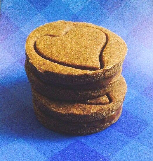 """Друзья, только представьте: льняная мука, гречневая мука, кукурузная мука, тростниковый сахар, банан, корица и мед. А между печеньками у нас великолепная шоколадно-карамельная прослойка. Если вы любите все необычное тогда должны это попробовать!   Заказать печенье """"Вупи-пупи"""" на дом очень легко! Сделайте заказ у нас на сайте и мы доставим печенье в удобное для вас место и время!  http://misterkeks.ru/index.php?route=product/product&product_id=101"""