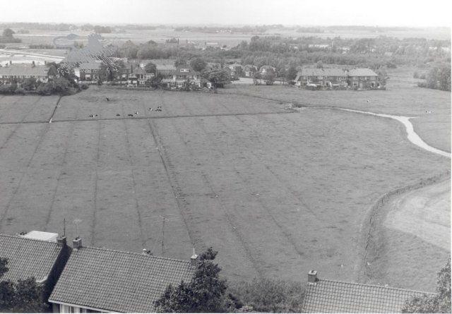 De Lekkumerweg, gezien vanaf een van de flats aan de Eikenstraat. De linkerhelft van de weg (op de foto) heet sinds 1965 Verzetsstraat, de rechterhelft heeft plaats gemaakt voor het winkelcentrum van Lekkumerend.
