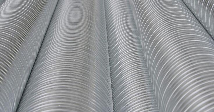 Cómo cortar hojas de aluminio en casa. Las hojas de aluminio se utilizan para una gran variedad de proyectos hogareños y otras aplicaciones. Algunas de estas aplicaciones incluyen laminados de techos, revestimientos, y trabajos de techos y conductos para calefacción y refrigeración. Puedes cortar tus hojas de aluminio utilizando distintos tipos de herramientas. Estas herramientas ...