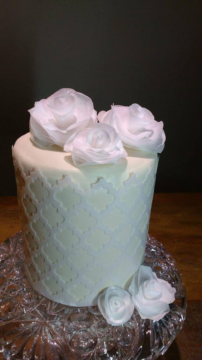 Barrado e flores em papel de arroz, já recortados e prontos para aplicar sobre bolos e doces.