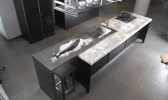 Quarzstein Arbeitsplatten sind nicht nur in der privaten Küche gern gesehen, sondern auch dort wo stark belastbare Arbeitsplatten erforderlich sind.
