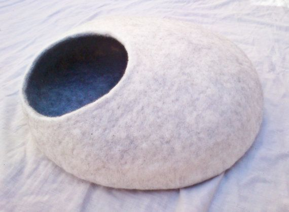 M size handmade cat bed / cave/ house / by Leschatsdecouleur, €40.00 #catbed #cathouse #catcave #felt
