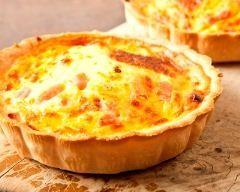 Mini quiches oignons-lardons : http://www.cuisineaz.com/recettes/mini-quiches-oignons-lardons-54825.aspx