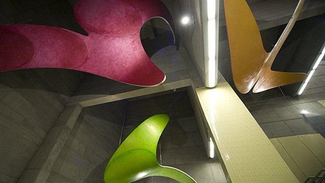 Lige orange : station Montmorency. Sculpture en aluminium, peinture d'huile et acier inoxydable réalisée 2007 par Hélène Rochette. « Les fluides », donnent du mouvement à la station Montmorency. Les forment évoquent la fluidité des transports urbains.