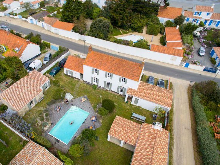 Location vacances maison Noirmoutier-en-l'Île: Maison principale au centre, petit maison à gauche, préau à droite