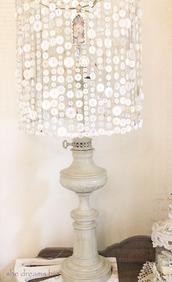 J'aime : un pied de lampe à huile peint, une structure d'abat-jour, des boutons sur un fil. Et ça fait une très jolie lampe !