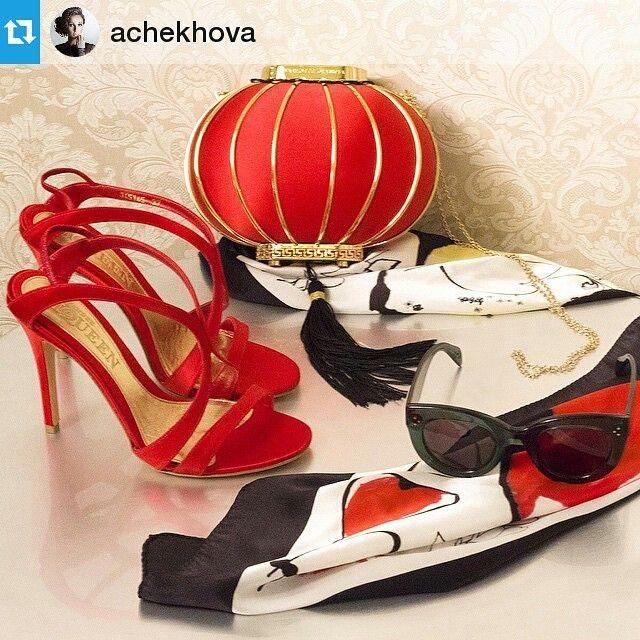 Известная телеведущая Анфиса Чехова для создания роскошного образа выбрала на VIPAVENUE клатч-фонарик от Charlotte Olympia, изящные босоножки и шелковый платок от Alexander McQueen, солнцезащитные очки Celine.