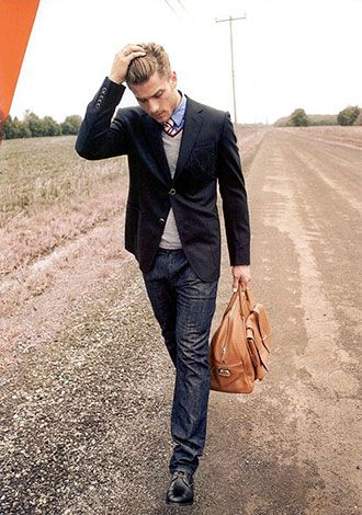 正統派のブルー系コーデに冴える茶色のバッグ。参考にしたいビジネスバッグのスタイル。