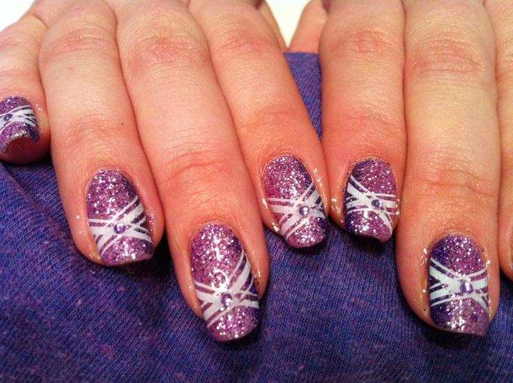Ongles pour Charlène,  Paillette lilas avec lignes verticales violettes, avec motif fait avec les étampes konad, et mini pierre au centre du motif.