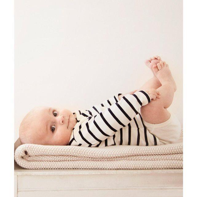 Le body tee-shirt à manches longues pour bébé fille et bébé garçon est en coton souple et doux avec la rayure marinière iconique sur la partie tee-shirt et uni sur la partie body. La forme deux-en-un en trompe l'oeil est une solution pratique pour que bébé ne se découvre pas durant la journée. Un vêtement malicieux pour bébé dans le pur esprit marin Petit Bateau.