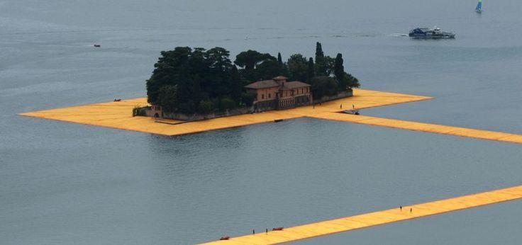 """Przez szesnaście dni turyści z całego świata będą mogli przechadzać się po wodach jeziora Iseo we Włoszech. Wszystko to dzięki niesamowitej instalacji The Floating Piers, która pozwoli dostać się na wyspę San Paolo bez użycia łodzi. """"Wodny chodnik"""" został zaprojektowany przez bułgarsko-amerykańskiego artystę Christo i jego Partnerkę Jeanne-Claude. Będzie można przemierzać go od 18 czerwca"""