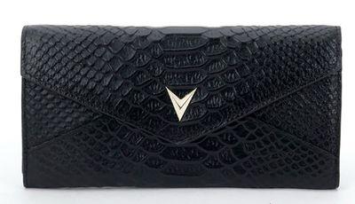 zwarte croco leren portemonnee  Deze portemonnee is is voorzien van diverse vakjes.  Maten:20 cm L 2cm B 9.5cm H 100%leer Kleur:zwart Levertijd:1 a 2 dagen...