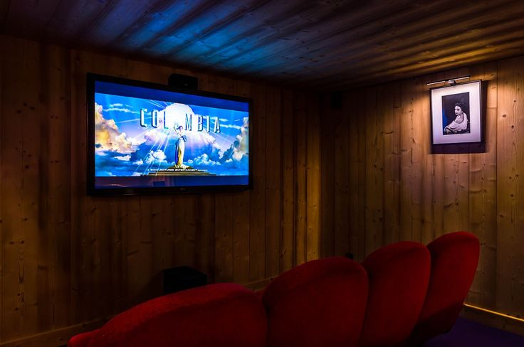 Luxury, technology, and alpine charm come together in Chalet Igloo's wonderful cinema room. This lovely entertainment space is fitted out with 12 original cinema seats, a bar, 3D screen, and surrounding sound in order to provide guests with an authentic movie experience.